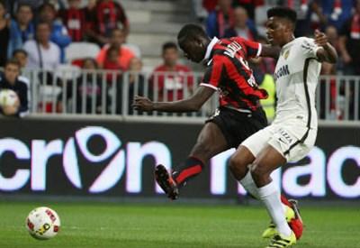 Mario Balotelli, 26 anni, realizza il primo dei suoi due gol al Monaco (LaPresse)