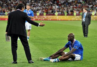 """Prandelli """"solleva"""" un affranto Balotelli a fine partita (INFOPHOTO)"""