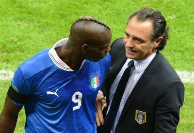 Mario Balotelli e Cesare Prandelli agli Europei (Infophoto)
