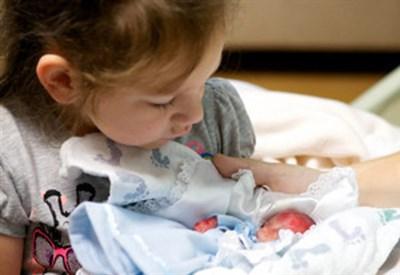 Il piccolo Walter in braccio alla sorella (Immagine d'archivio)