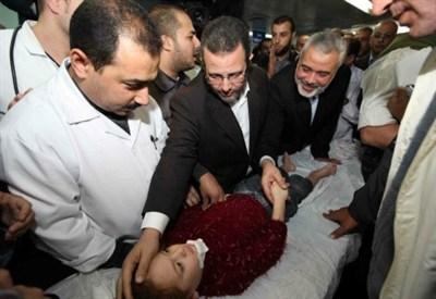 Un bambino palestinese ferito dagli attacchi israeliani (InfoPhoto)
