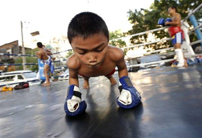 Un pugile-bambino in Thailandia