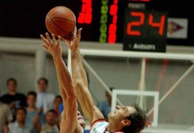 Contesa nel basket (Foto Infophoto)