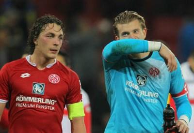 Il centrocampista austriaco del Mainz Julian Baumgartlinger, 28 anni con il portiere tedesco Loris Karius, 22 (INFOPHOTO)