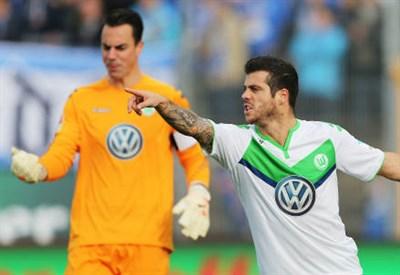 Il portiere del Wolfsburg Diego Benaglio (sinistra), 32 anni e il laterale portoghese Vieirinha, 29 (INFOPHOTO)