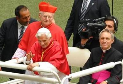Benedetto XVI e il card. Angelo Scola (InfoPhoto)