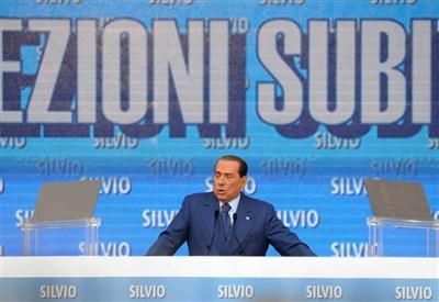Silvio Berlusconi sul palco a Bari (InfoPhoto)