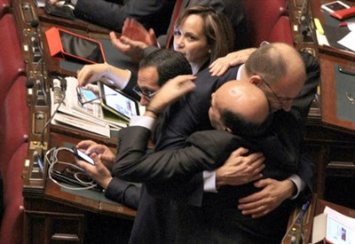 L'abbraccio alla Camera tra Enrico Letta e Pier Luigi Bersani (Infophoto)