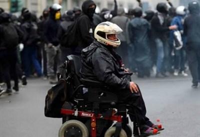 Pasquale Valitutti in versione Black bloc, a Milano (Immagine dal web)