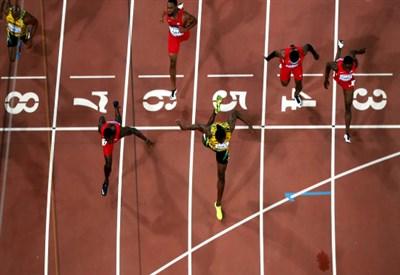 Usain Bolt e Justin Gatlin nella finale dei 100 (Infophoto)