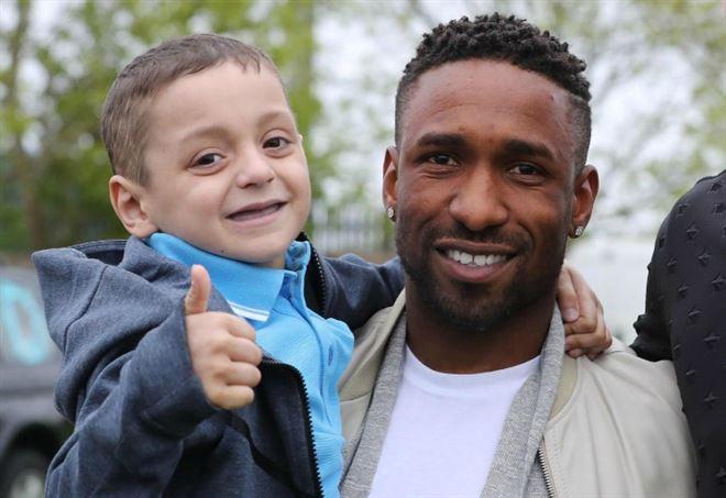 Il piccolo Bradley sta per morire: Defoe non trattiene le lacrime