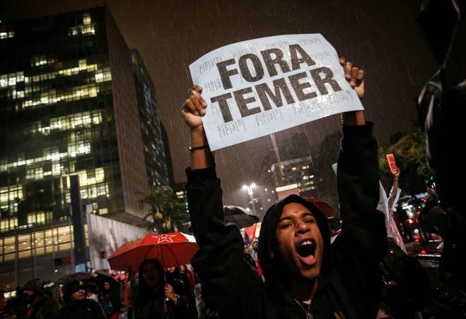 Brasile in rivolta contro Temer, incendiati ministeri