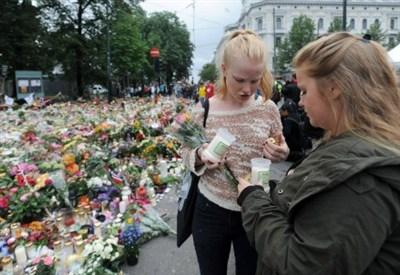 Due ragazze norvegesi ricordano le vittime di Utoya