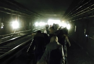 In fuga nel metrò dopo l'esplosione (Infophoto)