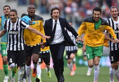 Antonio Conte esulta con la Juventus: una scena che appartiene al passato (Infophoto)