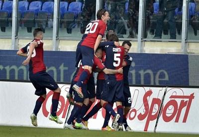 L'esultanza dei giocatori del Cagliari dopo il gol di Ibarbo contro il Milan (INFOPHOTO)