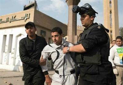 La polizia arresta uno studente (Infophoto)