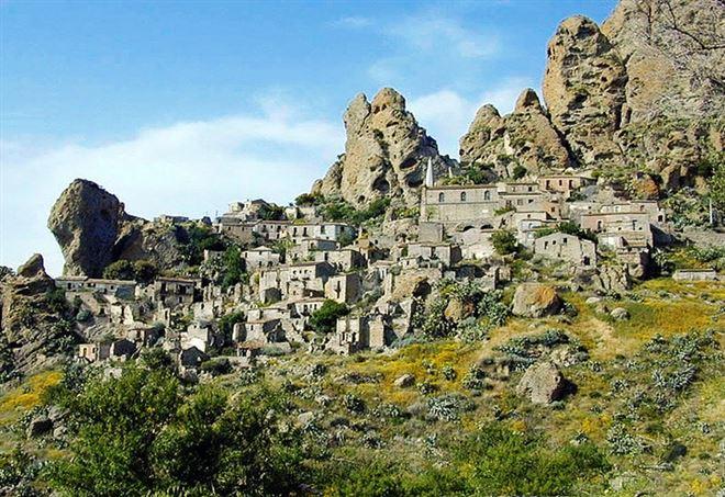 Pentedattilo, nel Parco dell'Aspromonte (Foto da Wikipedia)