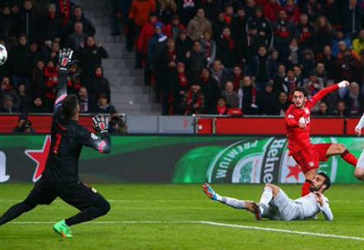 Hakan Calhanoglu, 21 anni, ha appena scoccato il tiro decisivo (dall'account Twitter ufficiale @ChampionsLeague)