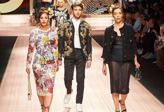 Cameron Dalla sfila per Dolce&Gabbana insieme alla mamma e alla sorella