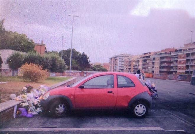 Roma, auto parcheggiata sui fiori: sfregio alle tre sorelline rom