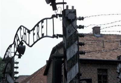 L'entrata del campo di sterminio di Auschwitz (Infophoto)