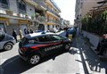 Uccide la moglie e spara dal balcone sulla folla/ Caserta, palazzo evacuato: ha minacciato di farlo esplodere