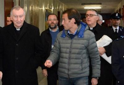 Il cardinale Parolin (a sin.) in un braccio del carcere Due Palazzi (Foto Giorgio Boato)