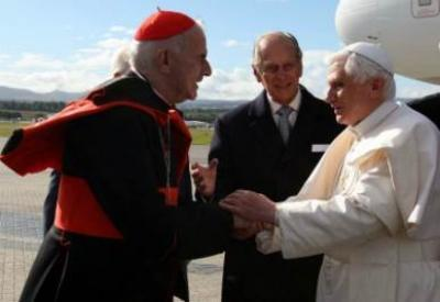 Cardinal O'Brien greets Pope Benedict XVI