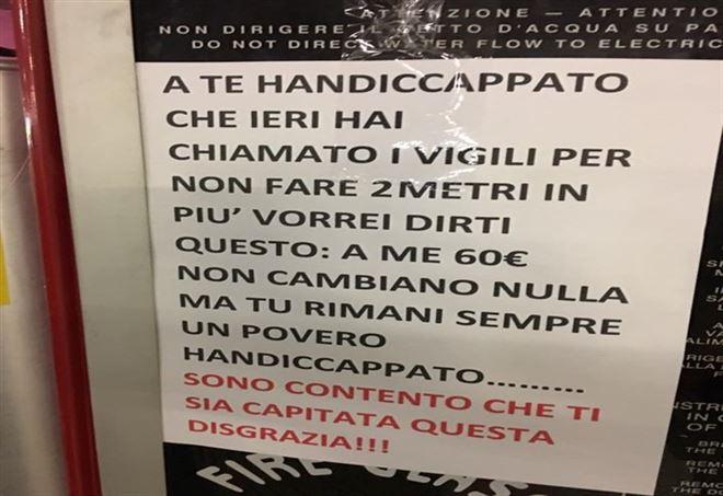 Milano, multato per aver parcheggiato nel posto disabili, lascia cartello di insulti