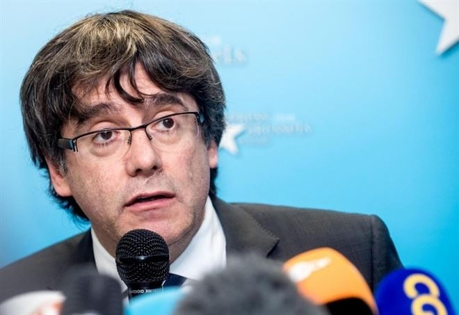 Carles Puigdemont in conferenza stampa a Bruxelles (LaPresse)