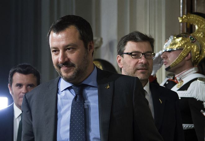 Libia, brucia il tricolore dell'Italia: Matteo Salvini - La Presse