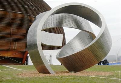 la nuova scultura posta all'ingresso del Globe (Foto Federico Brunetti)