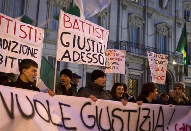 Sit-in per chiedere l'estradizione di Cesare Battisti (LaPresse)