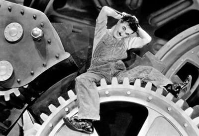 """Charlie Chaplin negli ingranaggi di """"Tempi moderni"""" (1936) (Immagine dal web)"""