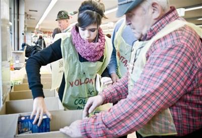 Un momento della Colletta alimentare (Infophoto)