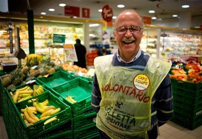 Un volontario sorridente dopo molta fatica (Infophoto)