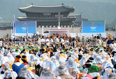 La messa di papa Francesco nella spianata di Gwanghwamun (Infophoto)
