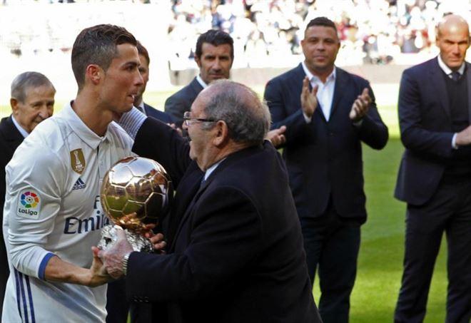 Cristiano Ronaldo con il Pallone d'Oro 2016 (LaPresse)