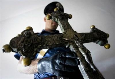 Crocifisso danneggiato, immagini di repertorio (Foto: LaPresse)