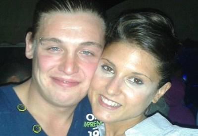 La vittima, Alex Bertoli, con la moglie (fonte: Facebook)