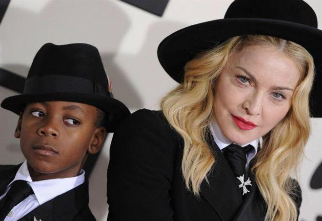 Madonna con il figlio David Banda (LaPresse)