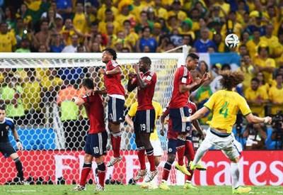 La punizione vincente di David Luiz (dal profilo Twitter ufficiale @FIFAWorldCup)
