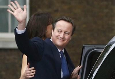 Davidd Cameron lascia Downing Street (LaPresse)