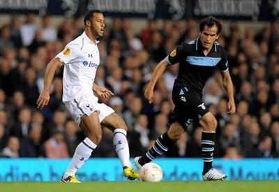 Moussa Dembele, 25 anni, e Cristian Ledesma, 29, a duello durante Tottenham-Lazio di Europa League (INFOPHOTO)