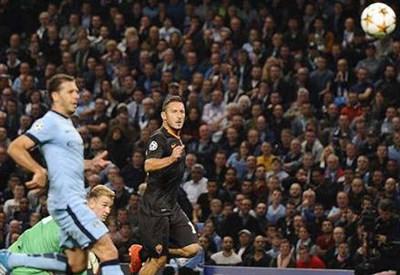 Il gol in pallonetto di Francesco Totti (dall'account Twitter @officialASRoma)
