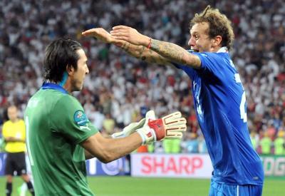 Buffon e Diamanti esultano dopo l'ultimo rigore (Foto: Infophoto)