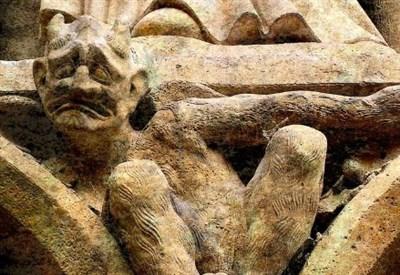 """Un """"gargoyle"""" nella cattedrale di Notre Dame a Parigi (Immagine d'archivio)"""