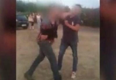 Un fermo immagine del video che riprende il pestaggio (Foto dal web)