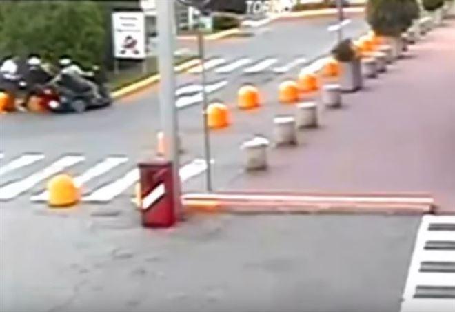 Disabile reagisce allo scippo (da video Youtube)